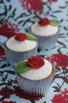moulded-red-rose-cupcakes-WEB.jpg (465×700)