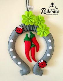 Reikoale: Fuoriporta portafortuna Felt Crafts, Diy And Crafts, Christmas Crafts, Christmas Ornaments, Hobby Horse, Saint Valentine, Felt Dolls, New Years Eve Party, Holiday Decor