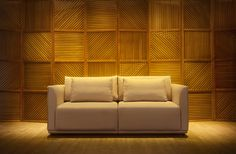 Sofá Doble by Mittisa Imponente e ao mesmo tempo delicado, o sofá Doble é diferenciado pelos seus acabamentos de debrum suntuoso nas laterais dos braços e almofadas