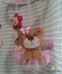 Um móbile de menina Felt Mobile, All Craft, Hair Accessories, Crafts, Animals, Girls, Skirt, Handmade Crafts, Tejido