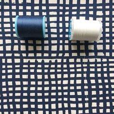 ソーイングの基礎知識をご紹介する「お裁縫のいろは」。今日は、生地に合わせたミシン糸の選び方です。といってもまずは、生地の「色」に合わせた選び方を詳しく見ていきたいとおもいます。
