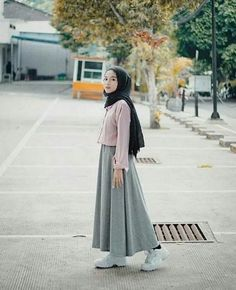 47 Combination Tricks Hijab Vintage For Women The common misconception is that Islamic clothes for women are based on 'old-fashioned' principles. The truth is that Islamic clothing, […] - Awesome 47 Combination Tricks Hijab Vintage For Women Modern Hijab Fashion, Street Hijab Fashion, Hijab Fashion Inspiration, Muslim Fashion, Modest Fashion, Look Fashion, Skirt Fashion, Fashion Outfits, 90s Fashion