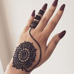 What is a Henna Tattoo? Henna tattoos are becoming very popular, but what precisely are they? Round Mehndi Design, Modern Henna Designs, Full Hand Mehndi Designs, Mehndi Designs Book, Mehndi Designs For Girls, Mehndi Designs For Beginners, Mehndi Designs For Fingers, Mehndi Design Images, Latest Mehndi Designs