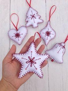 Christmas Tree Decorations To Make, Sewn Christmas Ornaments, Felt Decorations, Christmas Sewing, Felt Ornaments, Christmas Crafts, Christmas Décor, Beaded Ornaments, Homemade Christmas