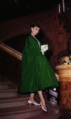 Audrey Hepburn poses dramatically on the Grand Staircase of Palais Garnier in Paris while filming Funny Face. Evening cloak and dress by Givenchy. Audrey Hepburn Outfit, Audrey Hepburn Givenchy, Audrey Hepburn Mode, Audrey Hepburn Photos, Audrey Hepburn Fashion, Audrey Hepburn Funny Face, Aubrey Hepburn, Look Retro, Look Vintage