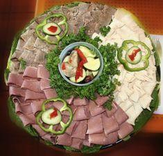 Renunta la clasica aranjare a mezelurilor, branzeturilor si legumelor in favoarea a ceva inedit. Nu-ti trebuie decat unplatoumai mare si catevaingrediente. Inspira-te din galeria foto de mai jos pentru a decora intr-un mod deosebitmasa festiva deRevelion. Cobb Salad, Mai, Food, Essen, Meals, Yemek, Eten