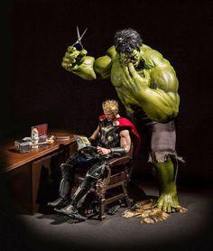 Galaxy Fantasy: Google+ Esperando el estreno de Los vengadores: La era de Ultrón,  no viene mal un poco de humor. El increíble Hulk se ha metido a peluquero improvisado y ha cortado la larga cabellera rubia de Thor,. Por el resultado,  parece ser que esta no es la vocación del gigante verde. El Dios del Trueno quizás debería llevar el casco puesto una temporada. El diorama es una creación de Edy Hardjo.