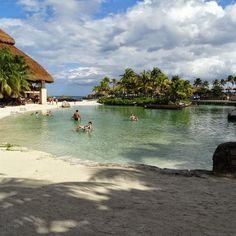 Prainha do parque Xcaret,  no Mexico, próximo de Cancun.  O lugar é uma delícia. Tem animais, vários restaurantes,  shows.  Todas as informações estão disponíveis no blog dedmundoafora.blogspot.com #dedmundoafora #nofilterneeded #xcaret #amoviajar #travel #trip #turismo #viagem #queroviajarmais #mexico #tour #tonocadernodeviagem #viagens #mundoafora #rbbviagem #semfiltro #travelblogger #blogdeviagem #beach