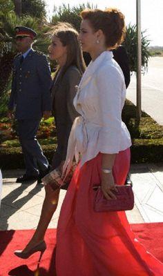 Spanish Queen Letizia (C) walks alongside Moroccan Princess Lalla Salma at Rabat's airport, 14.07.2014.