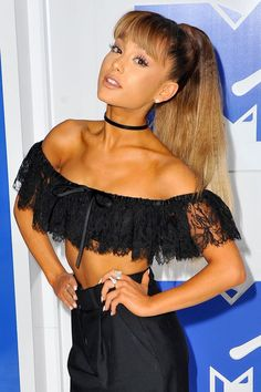 The most *gorgeous* long hairstyle with bangs! Ariana Grande went for a triple-ombre ponytail for this year's VMAs. Ariana Grande Fotos, Ariana Grande Bangs, Cabello Ariana Grande, Ariana Grande Outfits, Ariana Grande Fringe, Ariana Grande Hairstyles, Hairstyles With Bangs, Braided Hairstyles, Prom Hairstyles