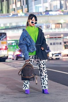 From bold and edgy accessories to statement making prints, see our fave Street Style looks from Tokyo Fashion Week Spring 2020 shows. Tokyo Fashion, Japan Street Fashion, Seoul Fashion, Korean Street Fashion, Harajuku Fashion, Fashion Outfits, Fashion Weeks, India Fashion, Grunge Outfits