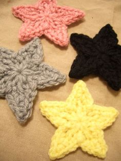 How to crochet stars (link not in English but there is a pattern and step-by-step pictures). Crochet Stars, Cute Crochet, Crochet Motif, Crochet Crafts, Yarn Crafts, Crochet Flowers, Crochet Patterns, Crochet Appliques, Tunisian Crochet