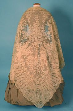 Someday i hope to have the time and patience to knit a huge lace shawl. handmade lace shawl c 1860 Whitaker Auction oct 2004 Vintage Outfits, Vintage Gowns, Vintage Mode, Historical Costume, Historical Clothing, Victorian Fashion, Vintage Fashion, Victorian Era, Rose Shabby Chic