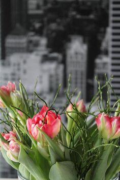 Wir sind bereit für den Frühling! Tulpen auf den Tisch, los gehts!  #living #wohnen #wohnideen #einrichten #interior #COUCHstyle #blumen #tulpen