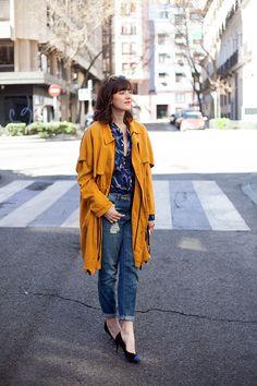 Camisa + jeans + trench + mini heels. Olga Sicilia, Che Cosa?