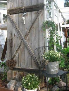 Vanha harmaa ladon ovi Dream Garden, Home And Garden, Potting Sheds, Garden Gifts, Outdoor Christmas, Farm Life, Garden Projects, Outdoor Gardens, Ladder Decor