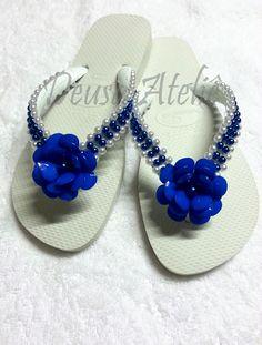 Chinelo branco bordado com pérolas brancas e azuis. Aplicação de flor de pedras azuis.