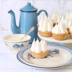 """Je n'ai jamais pu résister à ces petites tartes acidulées coiffées de montagnes de """"marshmallow""""... D'ailleurs, à quoi bon ?    La pâte bri..."""