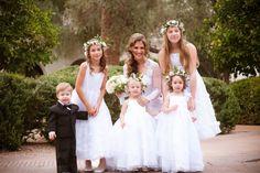 Crianças e casamentos combinam. Acho que é algo sobre bochechas redondas e rosadas com músicas religiosas ao fundo, os vestidos angelicais ou pajens vestidos de micro pinguins