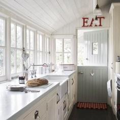 Heerlijke werken in deze lichte keuken met veel ramen en prachtige deur.