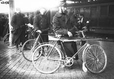 1914年, 法 國 街 頭 的 比 利 時 士 兵, 在 他 們 的 自 行 車 上 綁 着 槍。 戰 爭 發 生 後, 比 利 時 宣 布 中 立, 但 願 意 為 法 國 借 道, 因 此 而 遭 到 德 國 的 威 脅。