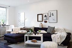 Ikea-bord och divansoffa.