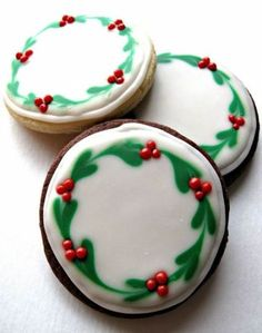 Iced Christmas Sugar Cookies- easy to create, delicious to eat, great gifts! Chocolate Covered Oreos and Iced Christmas Sugar Cookies, with easy to create designs, make beautiful gifts and delicious holiday treats! Easy Sugar Cookies, Iced Cookies, Royal Icing Cookies, Cookies Et Biscuits, Cake Cookies, Cookies Kids, Reindeer Cookies, Sugar Cookie Icing, Frozen Cookies