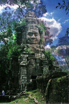 Ангкор Ват («город-храм») – построенный во времена короля Сурьявармана II (1112-1152 гг.) и посвященный индуистскому богу Вишну, – самая большая культовая постройка в мире (площадь около 2 кв. км.).