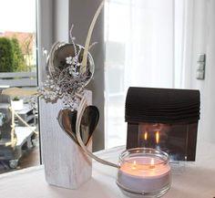 KL30 – Kleine Holzsäule gebeizt und weiß gebürstet, natürlich dekoriert mit einer großen Edelstahlkugel und großem Edelstahlherz! Preis 44,90€
