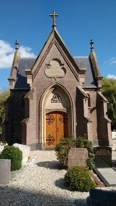 De neogotische GRAFKAPEL is in 1864 gebouwd en is een rijksmonument het ontwerp is van architect H.J. van den Brink