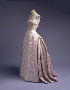 Christian Dior Couture Silver & Sequin Fantasy Gown For Sale 5 Vintage Dior, Vintage Mode, Vintage Gowns, Vintage Couture, Dress Vintage, Vintage Clothing, 1950s Style, Beautiful Gowns, Beautiful Outfits