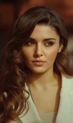 Turkish Women Beautiful, Turkish Beauty, Beautiful Girl Image, Dark Makeup Looks, Estilo Gigi Hadid, Actrices Hollywood, Turkish Fashion, Hande Ercel, Cute Girl Face