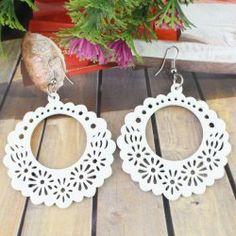 Les boucles d'oreilles en bois blanc de la mode