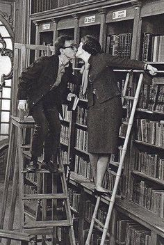 Woody Allen y Romy Schneider, besos entre libros Romy Schneider, Woody Allen, Library Ladder, Library Books, I Love Books, Books To Read, Charles Trenet, What's New Pussycat, Beautiful Library