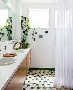 #olhomágicocj #rsrg_arquitetos Em um ambiente tão íntimo como o banheiro, misturar materiais é uma opção que foge do tradicional branco. Neste apartamento, madeira, bancada de concreto e ladrilhos hidráulicos, da Dalle Piagge, no piso contrastam com a leveza da cortina, deixando o espaço superaconchegante. Foto Lufe Gomes/Divulgação @rsrg_arquitetos @dallepiaggeladrilhos #cozinha #kitchen #ladrilhoshidráulicos #concreto #madeira #decorideas