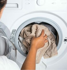 Here's the simple trick to cleaning your washing machine – Social Useful Stuff – Handy Tips Clean Your Washing Machine, Bra Hacks, Green Cleaning, Kitchen Cupboards, Laundry Detergent, Home Hacks, Housekeeping, Clean House, Home Remedies