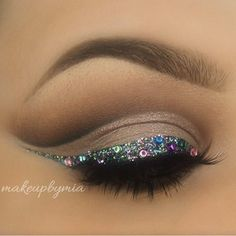 Awesome makeup for the holidays. smokey eye with glittery cat eye<3