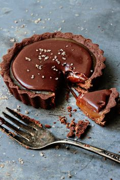 Whip up this decadent Chocolate Caramel Tart recipe for a late night dessert or fun party treat. Chocolate Caramel Tart, Chocolate Desserts, Chocolate Ganache, Caramel Pie, Decadent Chocolate, Chocolate Heaven, Chocolate Caramels, Salted Caramel Tart, Choco Chocolate