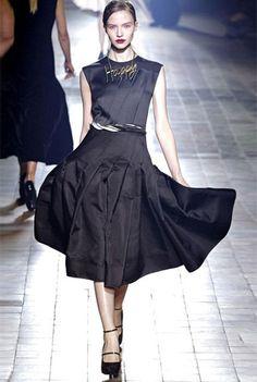 Маленькое черное платье с пышной юбкой