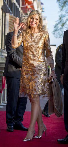 Máxima de Holanda escogió un vestido metalizado en oro para acudir al concierto conmemorativo