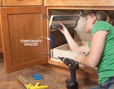 How to Build Kitchen Sink Storage Trays Kitchen Cabinet Storage Solutions: DIY Pull Out Shelves The post How to Build Kitchen Sink Storage Trays appeared first on Stauraum ideen.