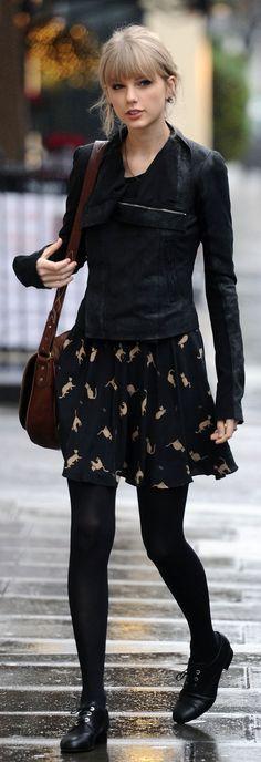 """""""jaqueta de couro"""", estampa de gatos, preto - taylor swift sou eu. mudaria o sapato por um  coturno ou tiraria a meia calça e ficaria de oxford. dar um rolê."""