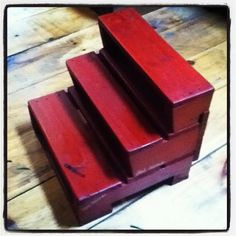 Little stairs made from wood pallets.- wld be cute in kitchen or baths for little ones to reach the counters and sink