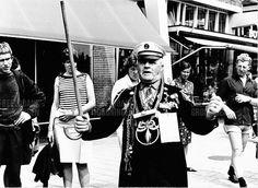 Hij kwam al even langs deze week, op de Facebook-pagina van de Groninger Internet Courant: Jan de Roos, beter bekend onder zijn oh zo originele artiestennaam Jan Roos. De zelfbenoemde stadszanger van Groningen was bij leven een fenomeen en nog steeds komt hij vaak ter sprake. Vraag de iets oudere Groninger naar een typische stadsfiguur en velen zullen Jan Roos oplepelen, begeleid door herinneringen aan zijn luide vibrato stemgeluid, zijn slipjas vol medailles en de onafscheidelijke… Magic Memories, Street Musician, Ferdinand, My Images, Netherlands, Van, Black And White, History, City