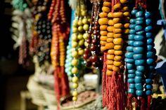 Shoppailijat tekevät ostokset tyylikkäissä putiikeissa ja suuren soukin basaarikojuissa. #Agadir #Morocco #Aurinkomatkat