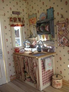 dollhouses and miniatures / Liberty Biberty: Downstairs in the Shabby house on imgfave Miniature Rooms, Miniature Kitchen, Miniature Houses, Miniature Furniture, Dollhouse Furniture, Dollhouse Interiors, Mini Kitchen, Kitchen Corner, Cocina Shabby Chic