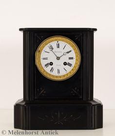 Een zwart marmeren pendule uit Frankrijk. Met een achtdaags uurwerk met slagwerk. Met drie jaar garantie en een certificaat van echtheid.