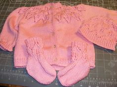 Ravelry: Baby Leaves Booties pattern by Lissa Walker DK wpi) ? Gauge 6 stitches and 8 rows = 1 inch in stockinette stitch Needle size US 4 - mm US 5 - mm Yardage 30 - 40 yards - 37 m) Sizes available preemies,newborn & Kids Knitting Patterns, Baby Hats Knitting, Knitting For Kids, Baby Patterns, Knitted Hats, Free Knitting, Knitting Projects, Crochet Baby, Knit Crochet