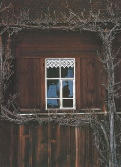Côte Est Dec-Fev rustic exterior mountain lodge as seen on… Rustic Exterior, Interior And Exterior, Cottage Exterior, Mountain Village, Snowy Mountains, Through The Window, Cabins In The Woods, Windows And Doors, Decoration