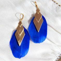 Boucles d'oreilles plumes bleu roi, losange en laiton brut (doré), idée cadeau, bijou fin, original, ethnique / Myo jewel